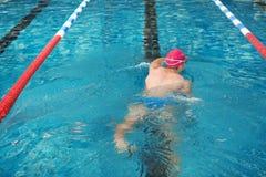 Natación atlética joven del hombre foto de archivo