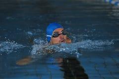 Natación atlética joven del hombre imagenes de archivo