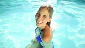 Natación bastante rubia en una piscina almacen de metraje de vídeo