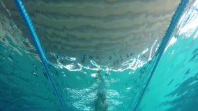 Natación caucásica de mediana edad del hombre en el agua, en la piscina en Palamos en España metrajes