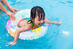 Natación de enseñanza de la niña de la mamá china asiática en la piscina imagen de archivo