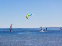 Natación de Kitesurfer en el mar Fotos de archivo libres de regalías