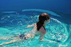Natación de la chica joven en la piscina Foto de archivo