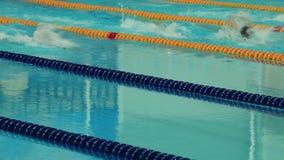 Natación de la competencia de deportes en la piscina Imagen de archivo libre de regalías