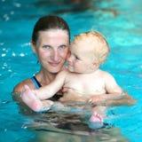 Natación de la madre y de la hija en la piscina fotografía de archivo