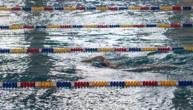 Natación de la muchacha en la piscina imagen de archivo libre de regalías