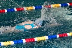 Natación de la muchacha en la piscina fotografía de archivo libre de regalías