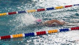 Natación de la muchacha en la piscina fotografía de archivo