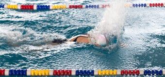 Natación de la muchacha en la piscina foto de archivo