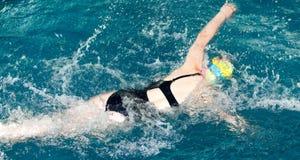 Natación de la muchacha en la piscina foto de archivo libre de regalías
