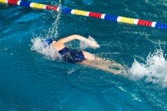 Natación de la muchacha en la piscina fotos de archivo libres de regalías