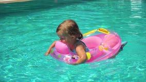 Natación de la muchacha en piscina metrajes