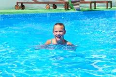 Natación de la muchacha en piscina Imágenes de archivo libres de regalías