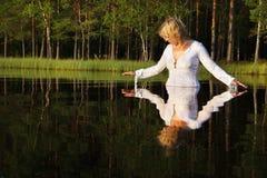 Natación de la mujer en el lago Fotografía de archivo libre de regalías