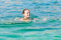 Natación de la mujer en el mar, Croacia imagenes de archivo