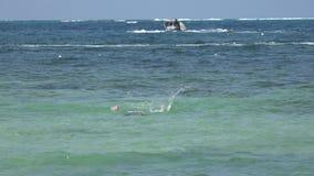 Natación de la mujer en el océano metrajes