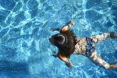 Natación de la mujer en la piscina foto de archivo libre de regalías