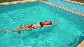 Natación de la mujer en piscina metrajes