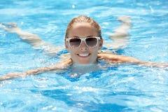 Natación de la mujer en piscina Imagen de archivo