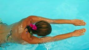 Natación de la mujer en piscina Fotografía de archivo libre de regalías