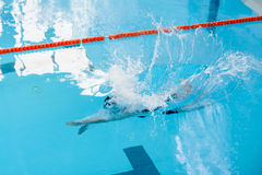 Natación de la mujer en piscina fotos de archivo