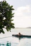 Natación de la mujer en piscina Imagen de archivo libre de regalías
