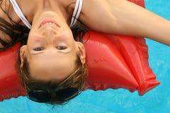 Natación de la mujer en un colchón de aire fotografía de archivo libre de regalías