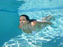 Natación de la mujer subacuática Imagen de archivo libre de regalías