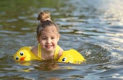 Natación de la niña en el lago al aire libre primer Imágenes de archivo libres de regalías