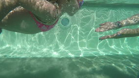Natación de la niña en la piscina al aire libre almacen de metraje de vídeo