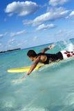 Natación de la persona que practica surf Fotografía de archivo