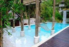 Natación de la piscina de la casa en jardín del bosque Foto de archivo