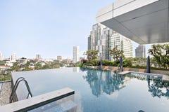 Natación de la piscina en el edificio moderno superior Imagenes de archivo