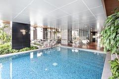Natación de la piscina en el edificio moderno superior Fotografía de archivo