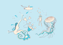 Natación de la sirena en el agua Foto de archivo libre de regalías
