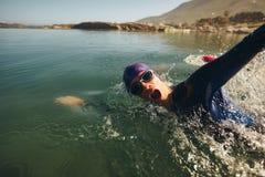 Natación de larga distancia del Triathlon fotografía de archivo libre de regalías