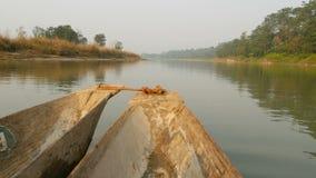 Natación de madera del barco en el río del parque nacional Pico del barco de madera que flota en el río tranquilo del parque naci metrajes