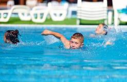 Natación del adolescente en la piscina Fotografía de archivo libre de regalías