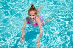 Natación del adolescente en piscina Foto de archivo libre de regalías