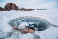 Natación del agujero del hielo foto de archivo libre de regalías