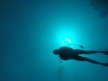 Natación del buceador en el océano Imágenes de archivo libres de regalías