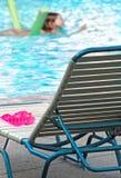 Natación del cabrito en piscina imagen de archivo