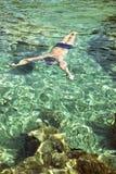 Natación del hombre bajo el agua Foto de archivo libre de regalías