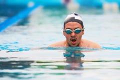 Natación del hombre en carril de la piscina Fotografía de archivo libre de regalías