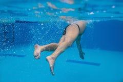Natación del hombre en la piscina imagen de archivo libre de regalías