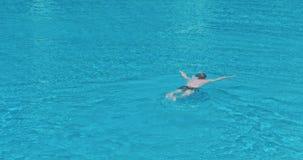 Natación del hombre en la piscina metrajes