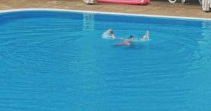 Natación del hombre en la piscina almacen de video