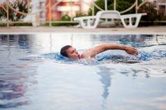 Natación del hombre en piscina imágenes de archivo libres de regalías