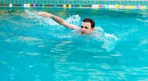 Natación del hombre en piscina foto de archivo libre de regalías