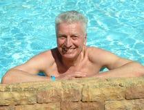 Natación del hombre en piscina Imagen de archivo libre de regalías
